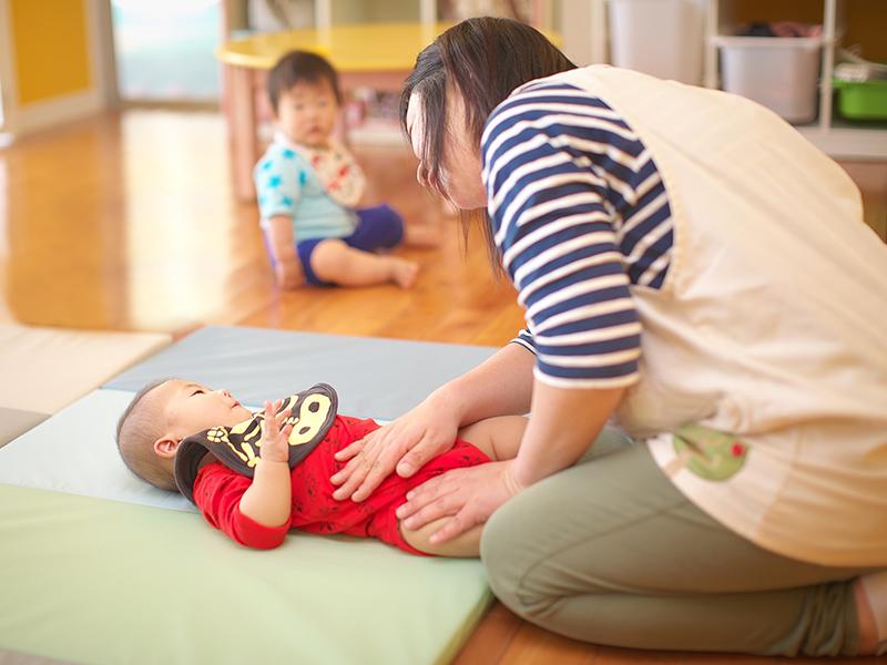 赤ちゃんマッサージの写真